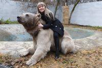 Светлана Пантелеенко и медведь Степан.