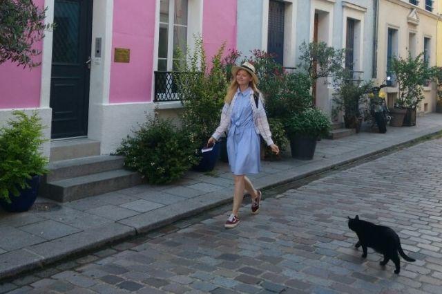 На одной из улочек Парижа французский чёрный кот не решился перейти дорогу студентке из России.