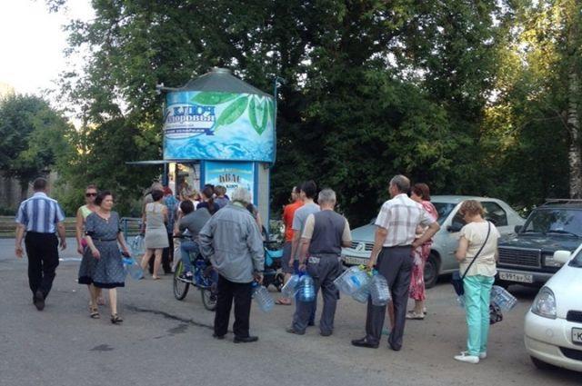 Вечер 27 июля половина Смоленска провела в очереди за водой.