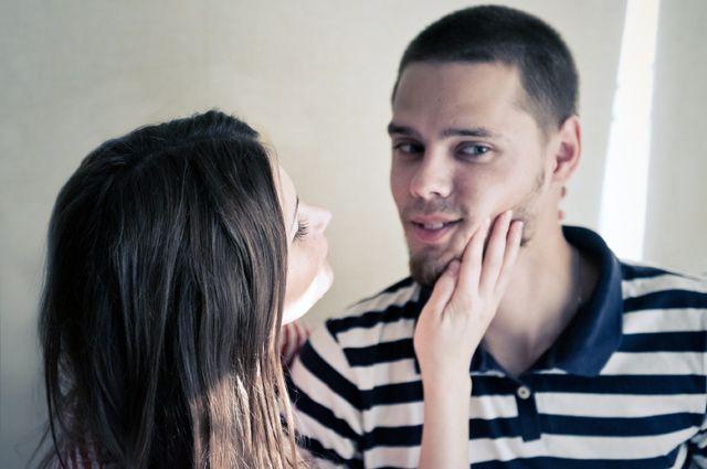 Мужчина помогает девушке по работе мария ващенко