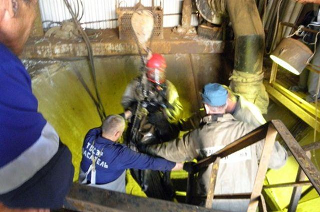 ВТобольске двое рабочих упали вколлектор, один изних умер