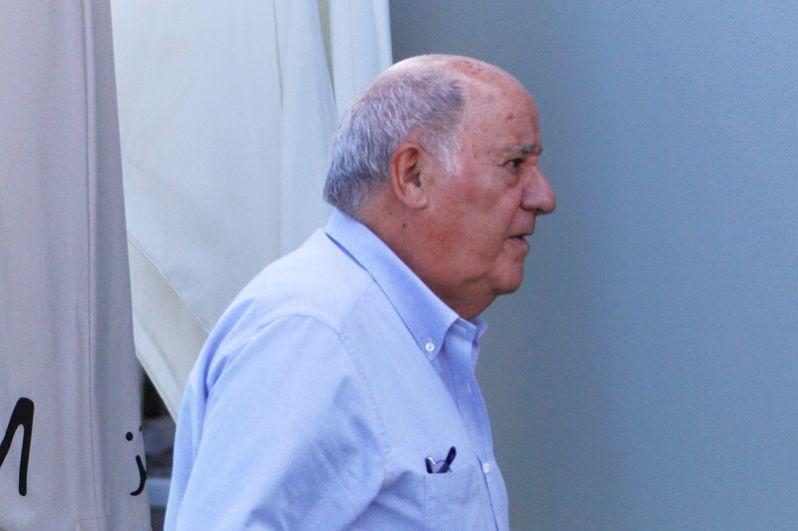 Третью позицию занимает испанский предприниматель, основатель и экс-президент Inditex Амансио Ортега, чье состояние оценивается в 82,8 миллиарда долларов.