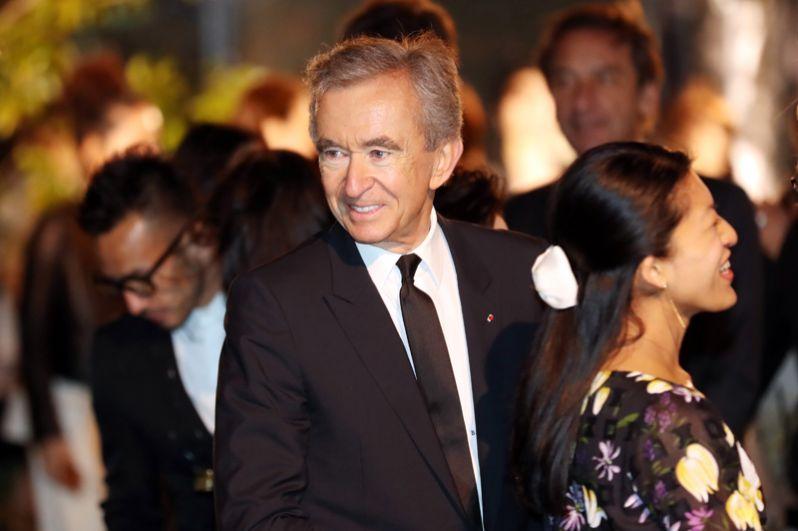 Французский бизнесмен, президент группы компаний Louis Vuitton Moët Hennessy Бернард Арно на девятой строчке, его состояние оценивается в 52,9 миллиарда долларов.