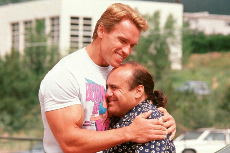 В фильме «Близнецы» (1988) Шварценеггер вместе с Дэнни Де Вито сыграли разнояйцевых близнецов Джулиуса и Винсента. За эту роль Арнольд не получил никакого гонорара, ограничившись процентами с продаж.