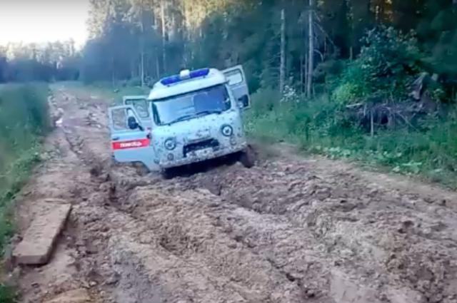 ВЯрославской области машина скорой спациентом застряла вгрязи