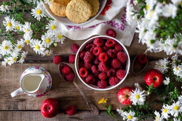 По словам эксперта, лучше всего есть сезонные продукты, в том числе ягоды, свежими