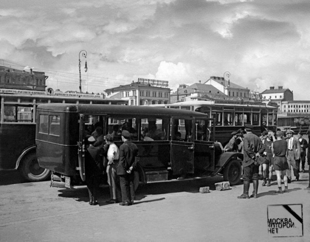 Первый автобусный маршрут в черте Москвы (Тверская застава — Каланчёвская площадь) был открыт 8 августа 1924 года. На линии работали в основном английские машины «Лейланд», способные перевозить 28 пассажиров. Позднее выпуск аналогичных машин был налажен в Ярославле и на ЗИСе. На фото: автобусная остановка в Москве, 1920-е годы.