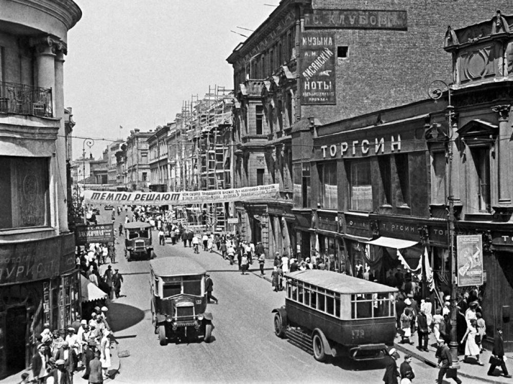 В 1920—30-е годы маршрутная сеть активно развивалась, но, тем не менее, вплоть до 1950-х автобус играл незначительную роль в перевозках. На фото: улица Петровка в 30-е годы. Вид на перекрёсток улиц Петровка и Кузнецкий мост. 1932 год.