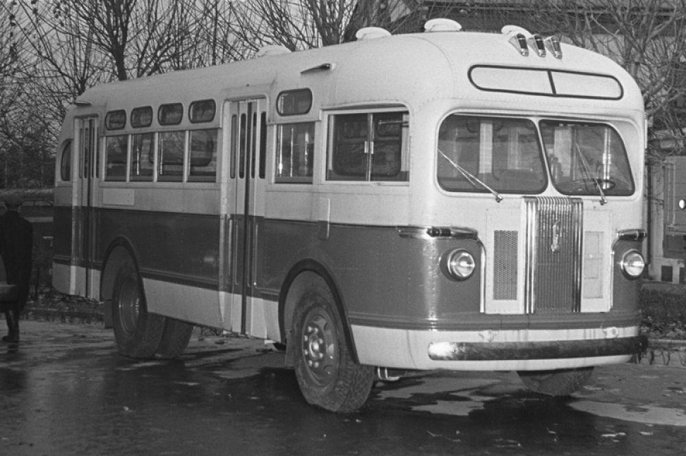 Активное развитие автобусного сообщения в городе произошло в 1950—60-е годы в связи с резким увеличением его площади и строительством новых жилых районов. На фото: советский автобус ЗИС-155, массово выпускавшийся в 1949-57 годах.