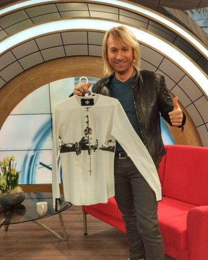 В качестве очередного лота для благотворительного аукциона «Интер-детям» певец подарил эксклюзивную футболку авторской работы, которую специально для него создали в США