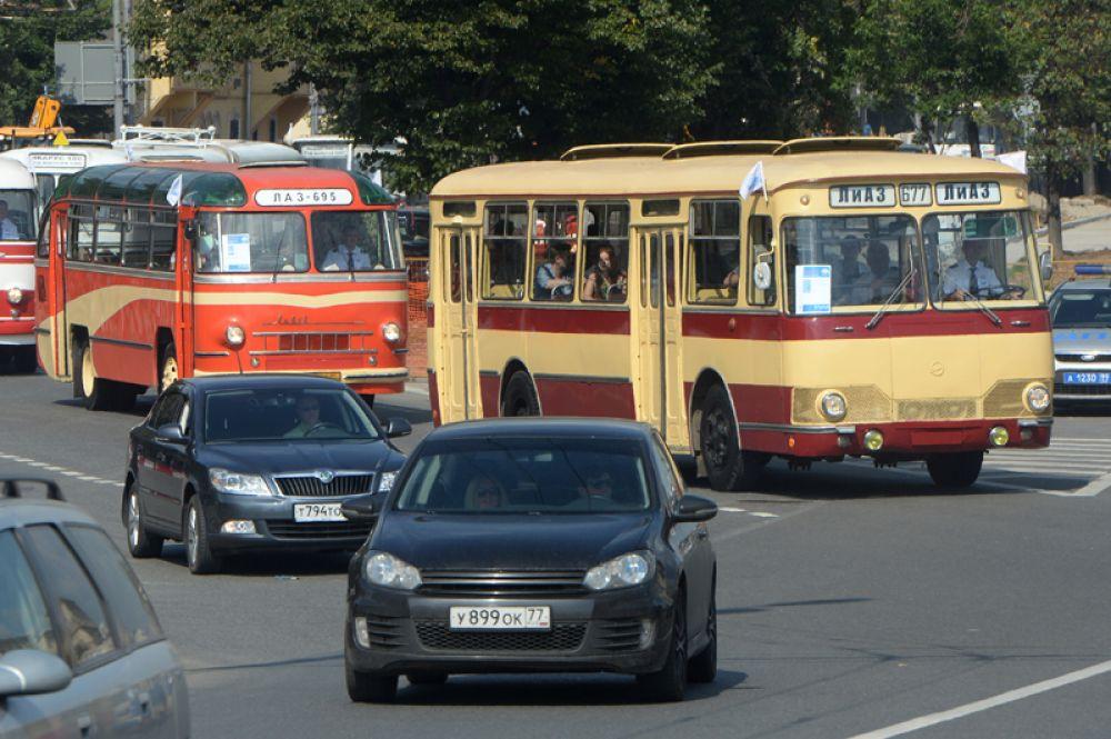 Появившийся в конце 1960-х ЛиАЗ-677 (1967—1999) был самым массовым отечественным автобусом большого класса с 1970-х до середины 1990-х и использовался на линиях вплоть до середины 2000-х годов.