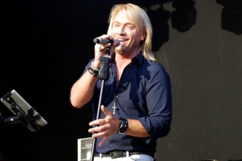 Ежегодно певец дает не менее 150 сольных концертов