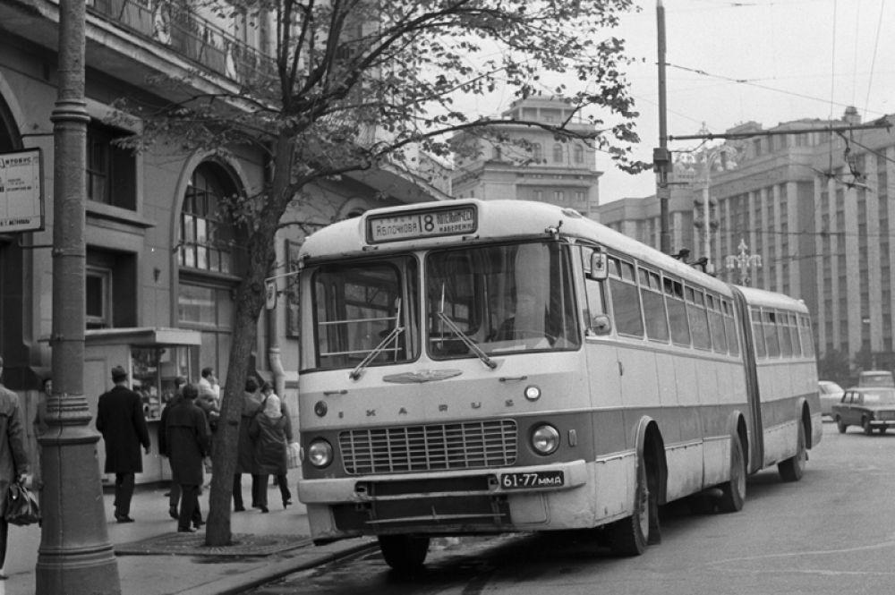 С конца 1960-х в дополнение к автобусам ЗИЛ и ЛиАЗ начали поступать массовые партии венгерских сочленённых автобусов «Икарус-180», использовавшихся на линиях с большой напряжённостью. В основном они ходили до станций метро в районах новой застройки. На фото: венгерский автобус «Икарус» на улице Москвы, 1971 год.