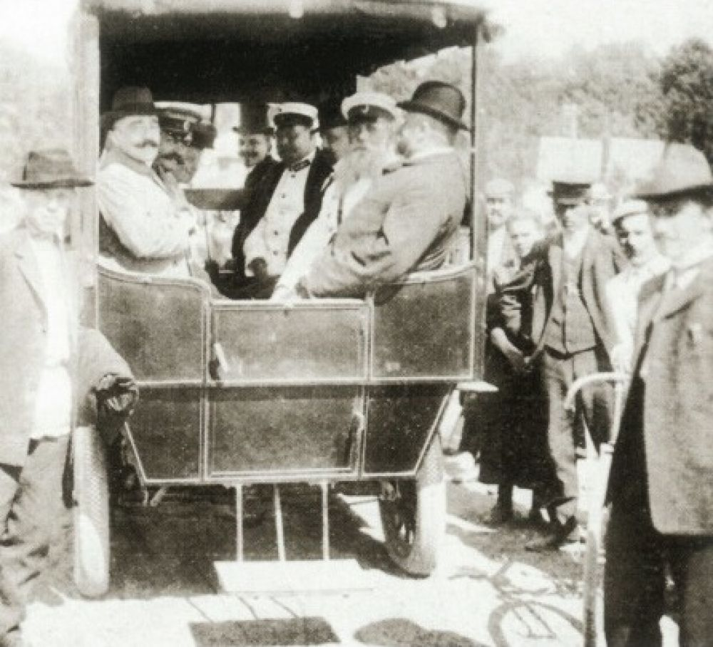 В 1908 году предприниматель Бузинков пустил по маршруту Петровский парк — Покровское-Глебово, а затем и от Семеновской заставы к Измайловскому зверинцу по два 10-местных автобуса чешской фирмы «Лаурин и Клемент».