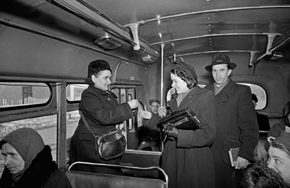 Кондуктор в салоне московского автобуса, 1954 год.