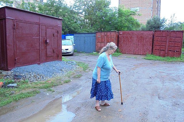 Горожане постоянно жалуются на то, что гаражи портят вид дворов.