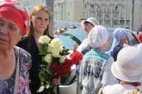 Пришедшие на церемонию не смогли в последний раз подарить цветы Хании Фархи.