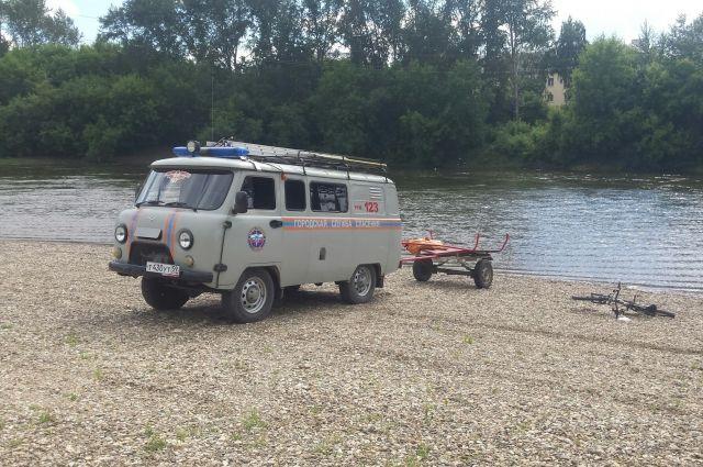 Спасатели приехали на пляж по вызову.
