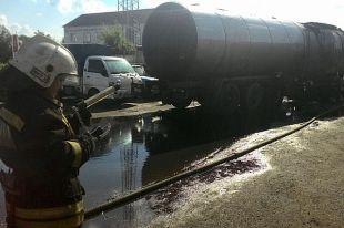 В Омске рядом с автозаправкой загорелась большегрузная машина.