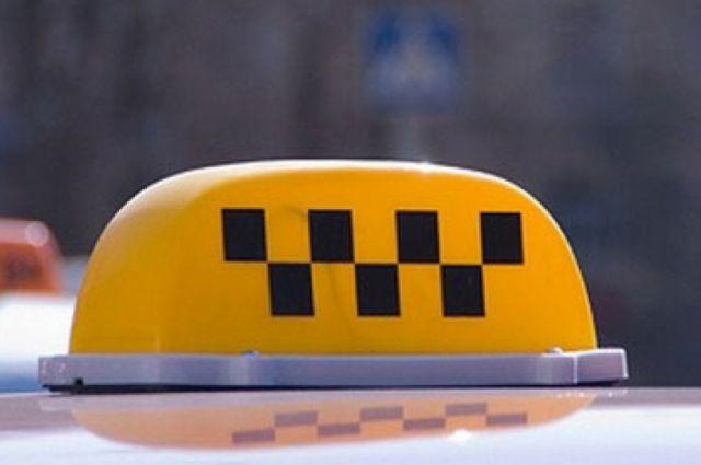 Опубликовано видео ДТП с такси, которое протаранило остановку в Брянске.