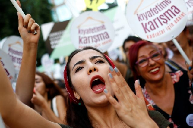 Женщины Стамбула вышли наулицы заправо наджинсовые шорты