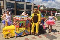 Яркими поделками порадовал тюменцев парад колясок
