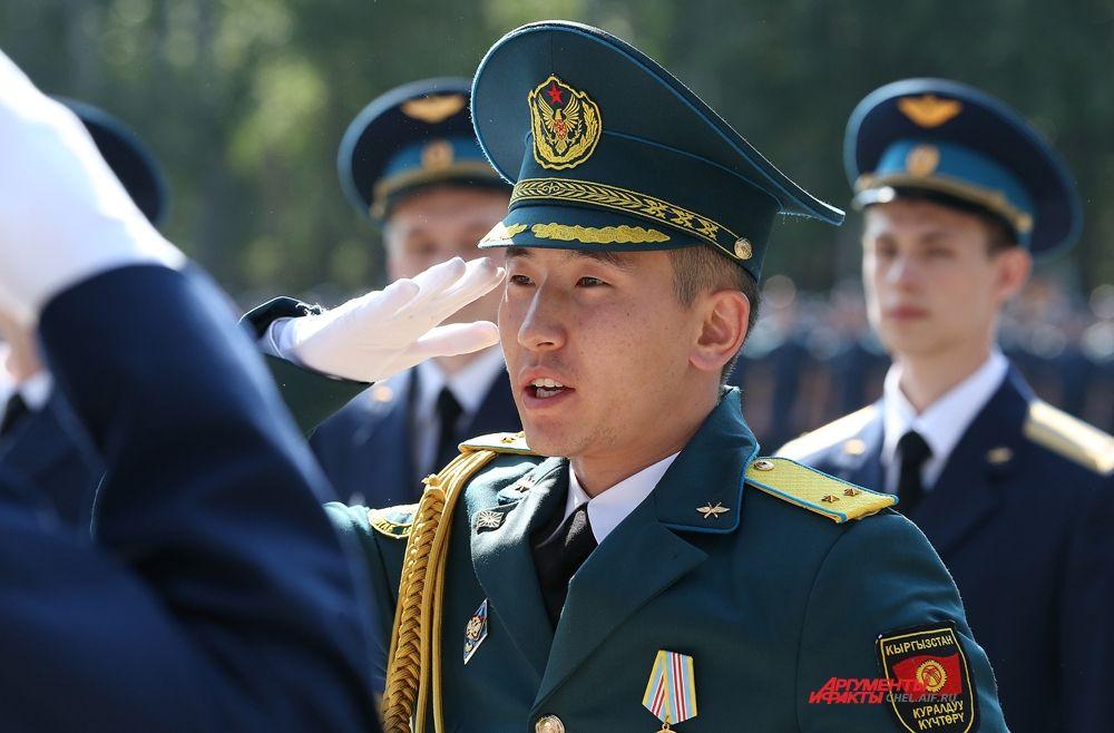 Дипломы получили восемь военнослужащих иностранных государств