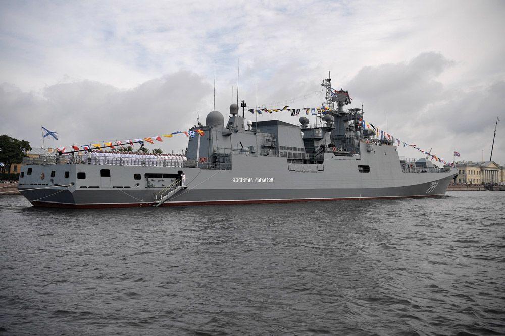 Сторожевой корабль «Адмирал Макаров» вовремя главного военно-морского парада вчесть Дня Военно-Морского Флота России вСанкт-Петербурге.