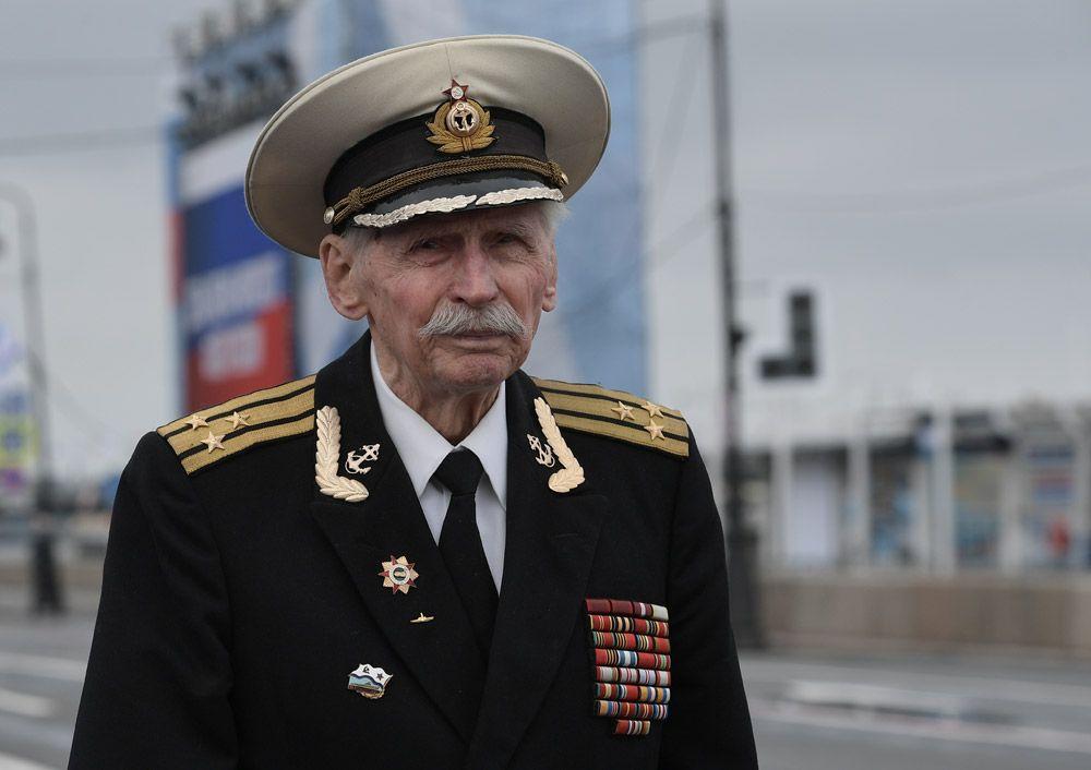 Ветеран Великой Отечественной войны перед началом главного военно-морского парада в честь Дня Военно-Морского Флота России в Санкт-Петербурге.