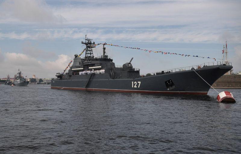 Большой десантный корабль «Минск» вовремя главного военно-морского парада вчесть Дня Военно-Морского Флота России вСанкт-Петербурге.