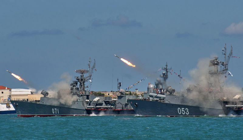 Малые противолодочные корабли проекта 1124М «Альбатрос-М» «Суздалец» (слева) и«Поворино» вовремя военно-морского парада вчесть празднования Дня Военно-морского флота России вСевастополе.