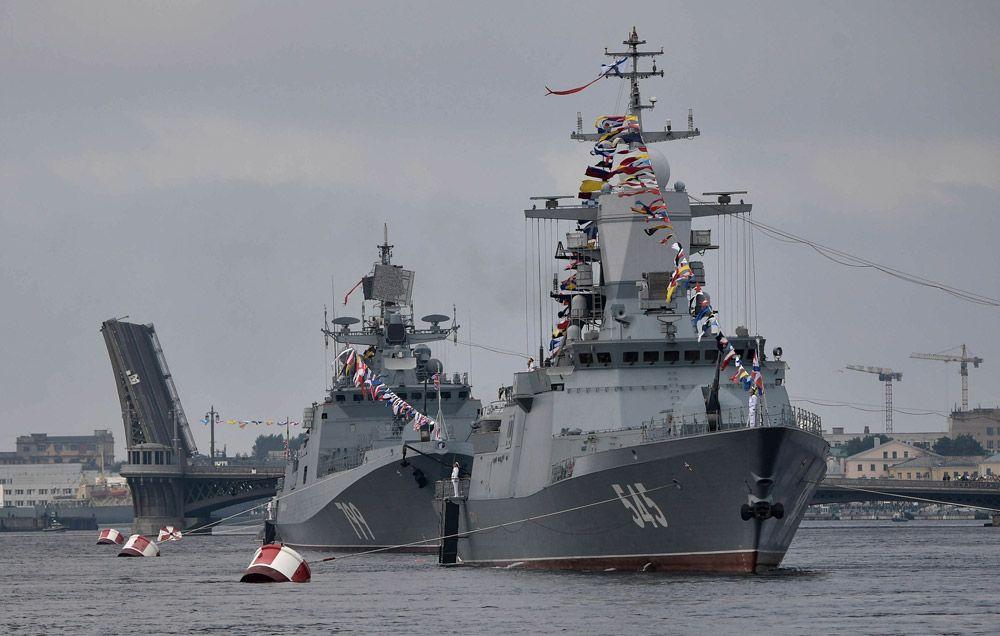 Сторожевой корабль «Стойкий» (справа) идесантный катер проекта 1176 «Акула» вовремя главного военно-морского парада вчесть Дня Военно-Морского Флота России вСанкт-Петербурге.