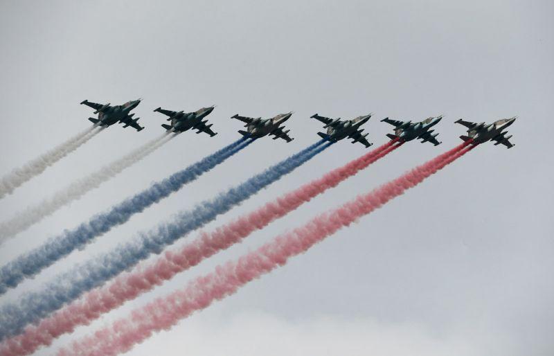 Штурмовики Су-25 во время главного военно-морского парада в честь Дня Военно-Морского Флота России в Санкт-Петербурге.