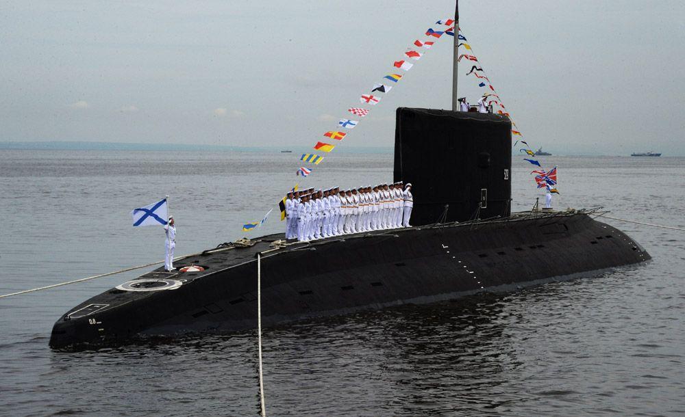 Дизельная подводная лодка класса «Варшавянка» вовремя парада кораблей, посвященного Дню Военно-морского флота России, воВладивостоке.
