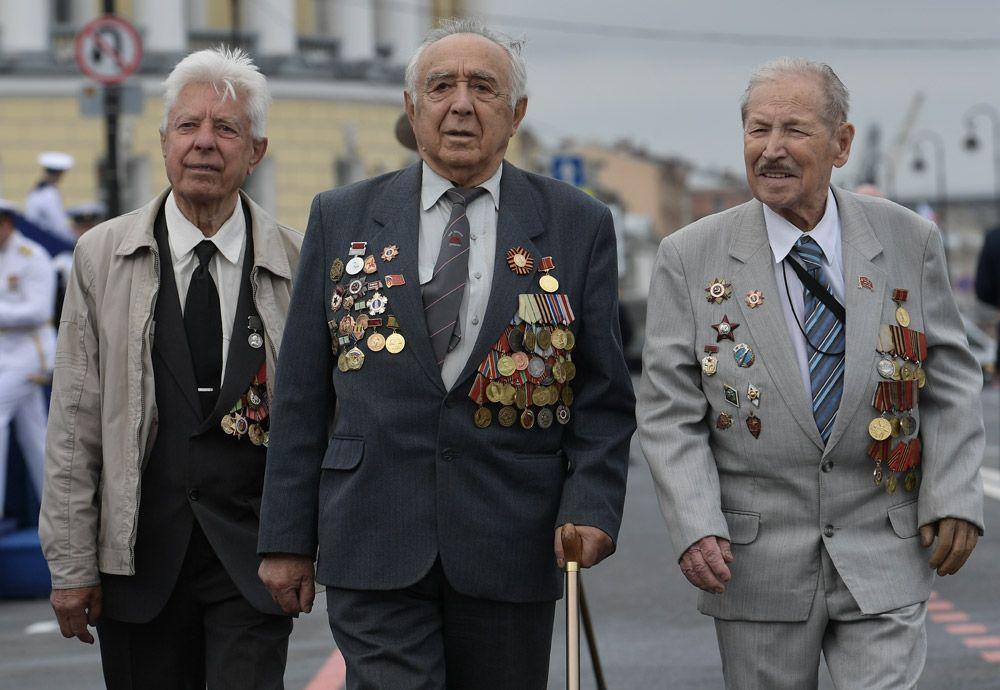 Ветераны Великой отечественной войны перед началом главного военно-морского парада в честь Дня Военно-Морского Флота России в Санкт-Петербурге.