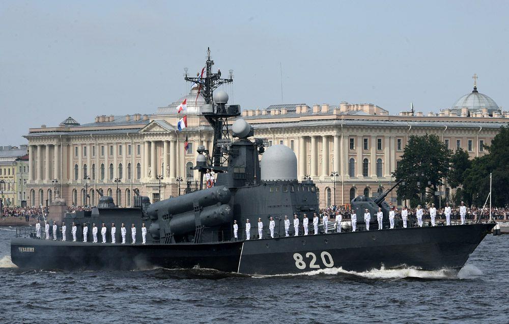 Ракетный катер «Чувашия» вовремя главного военно-морского парада вчесть Дня Военно-Морского Флота России вСанкт-Петербурге.