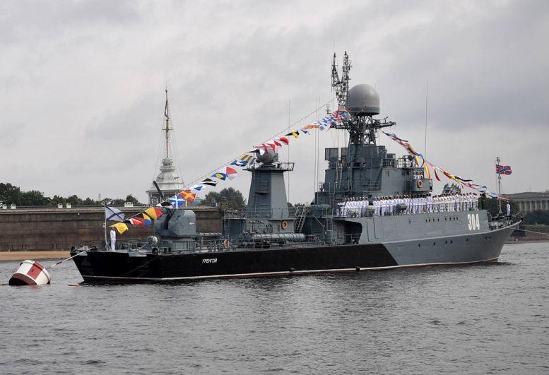 Малый противолодочный корабль «Уренгой» вовремя главного военно-морского парада вчесть Дня Военно-Морского Флота России вСанкт-Петербурге.