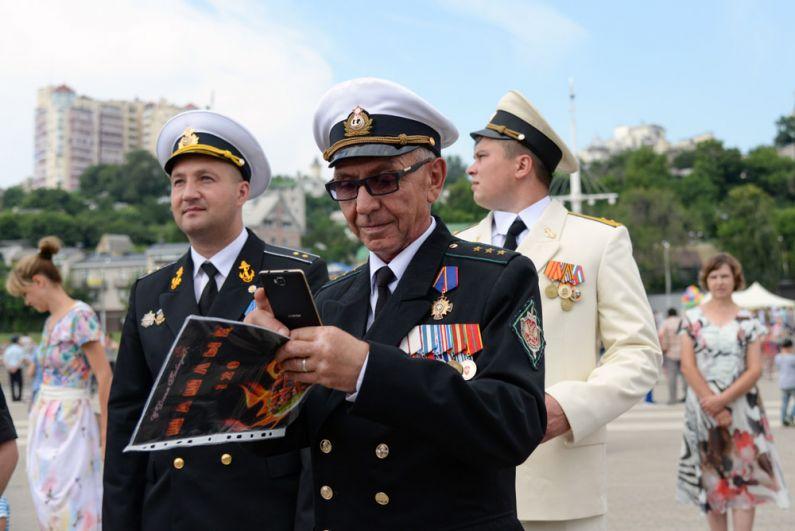 Участники торжественных мероприятий в Воронеже, приуроченных к Дню Военно-морского флота России.