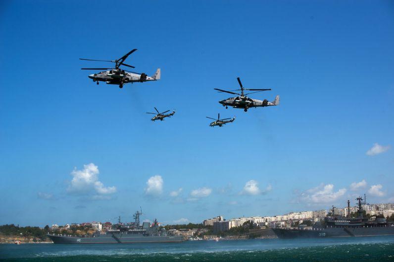 Вертолеты «Ка-52» вовремя военно-морского парада вчесть празднования Дня Военно-морского флота России вСевастополе.