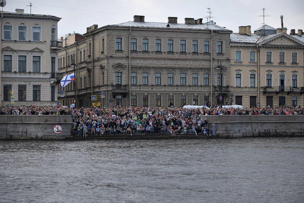 Жители и гости Санкт-Петербурга во время главного военно-морского парада в честь Дня Военно-Морского Флота России.