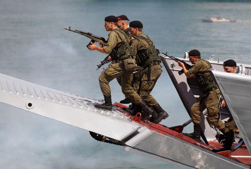 Показательные выступления десантников Новороссийского гарнизона на праздничных торжествах в День Военно-морского флота в Новороссийске.