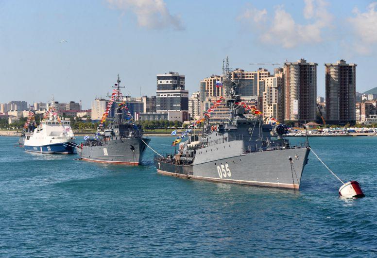 Корабли Новороссийского гарнизона во время морского парада в акватории Цемесской бухты в День Военно-морского флота в Новороссийске.
