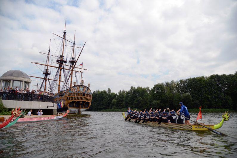 Участники Петровской регаты на лодках дракон в Воронеже, приуроченной к Дню Военно-морского флота России.