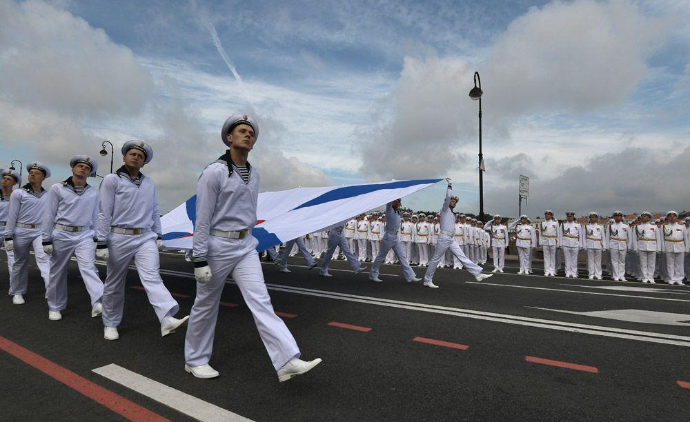 Во время главного военно-морского парада в честь Дня Военно-Морского Флота России в Санкт-Петербурге.