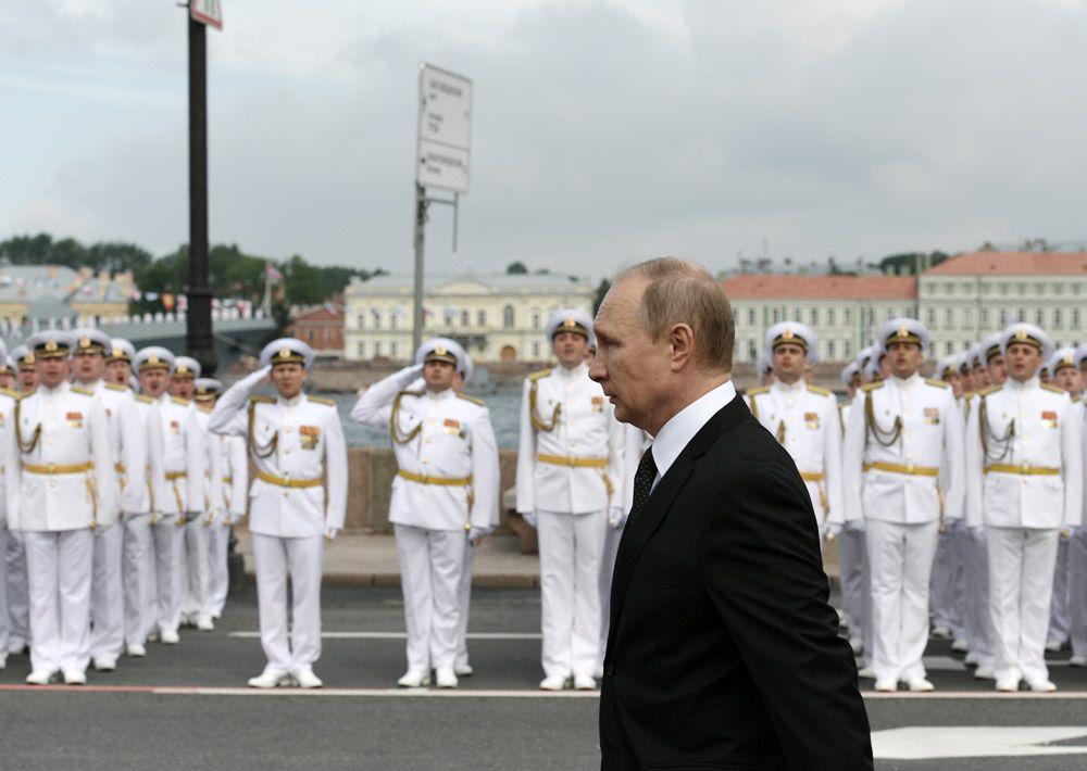 Президент РФ, верховный главнокомандующий Владимир Путин на Адмиралтейской набережной Санкт-Петербурге перед началом Главного военно-морского парада по случаю Дня Военно-морского флота РФ.