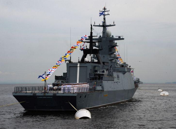 Корвет «Совершенный» вовремя парада кораблей, посвященного Дню Военно-морского флота России, воВладивостоке.