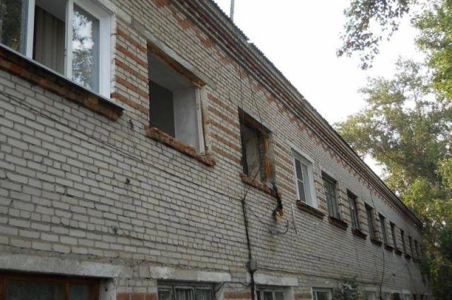 В квартире выбило окна и двери.