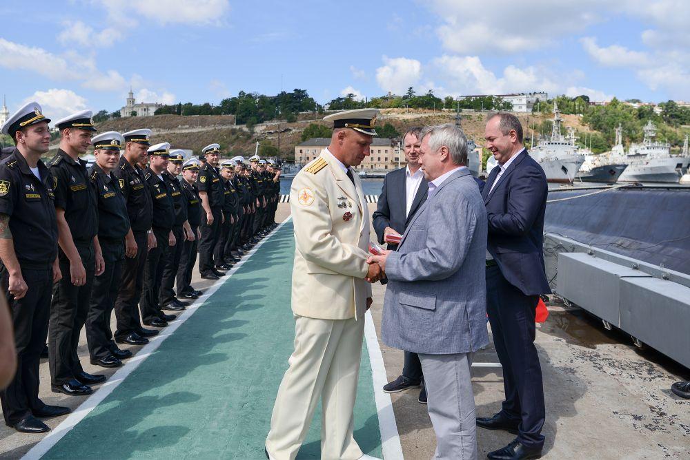 Глава региона поздравил экипаж с праздником и наградил лучших подводников памятными знаками «80 лет Ростовской области».