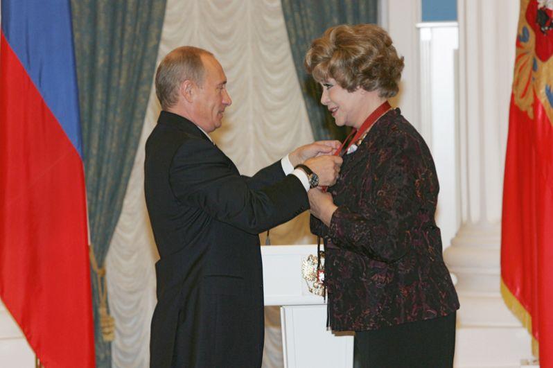 Президент России Владимир Путин наградил певицу Эдиту Пьеху Орденом «За заслуги перед Отечеством» III степени. 2007 год.