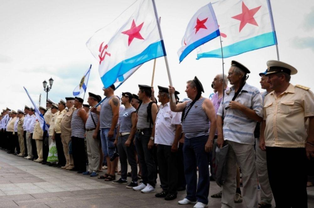 Собравшиеся возложили цветы к памятнику адмиралу Фёдору Ушакову, не проигравшему ни одного сражения